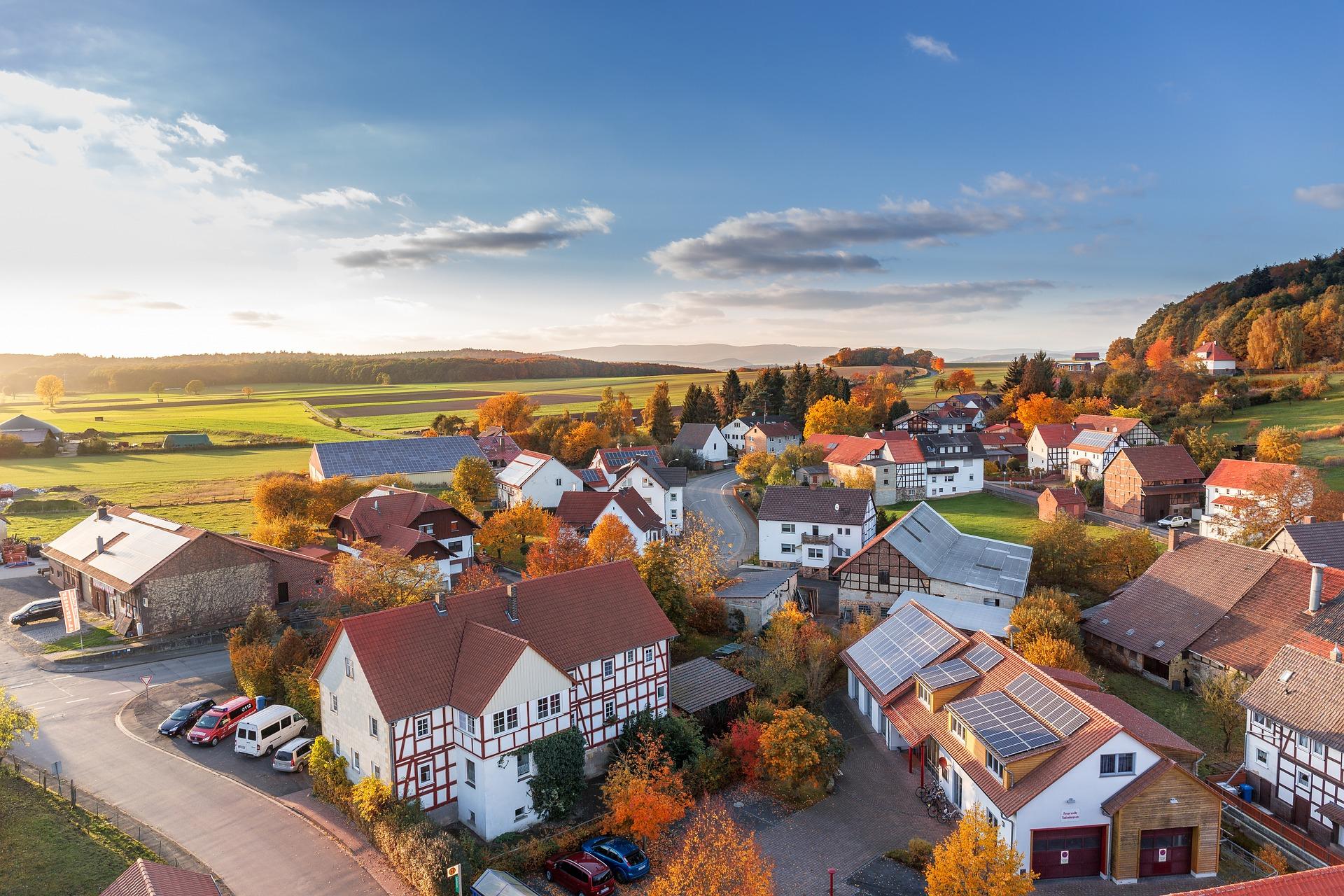 Dorf inmitten von Natur