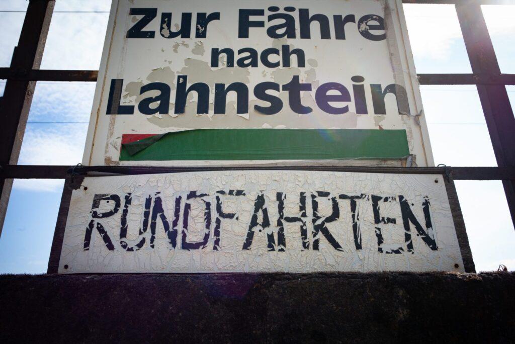 In die Jahre gekommen: Ein Schild nahe der Fähre nach Lahnstein. (Foto: Piel media)