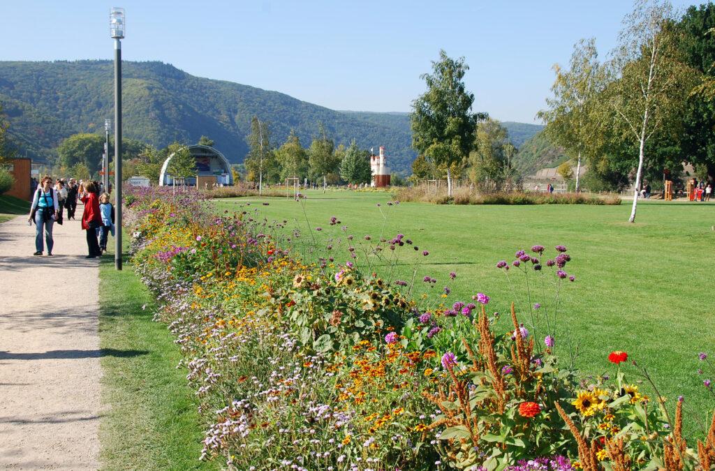 Für die Landesgartenschau 2008 wurde das gesamte Binger Rheinufer zwischen dem Autofähranleger im Osten und den ehemaligen Gleisanlagen in Bingerbrück im Westen der Stadt neu gestaltet. (Foto: Andrea und Jonas Schwappach)