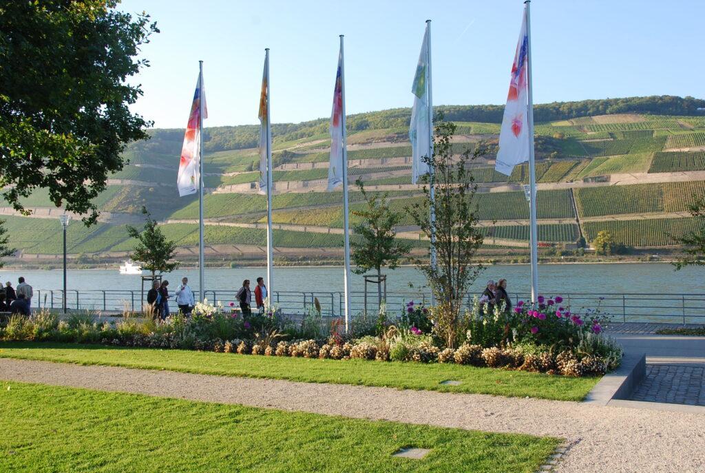 Zentraler Bereich des Landesgartenschaugeländes am Rheinufer von Bingen: Neben dem nachweislichen Erfolg der gut besuchten Landesgartenschau 2008, die mit 1,3 Millionen Gästen die erwartete Zahl um mehr als das Doppelte übertraf, erfreut sich das rund 24 Hektar große Areal heute großer Beliebtheit. (Foto: Andrea und Jonas Schwappach)