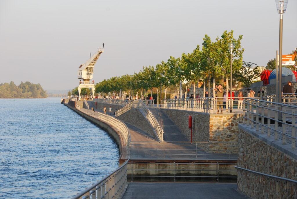Kaimauern und gestaltprägende Elemente der ehemalige Hafenanlagen blieben erhalten. (Foto: Andrea und Jonas Schwappach)